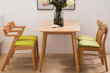 原木色实木餐桌